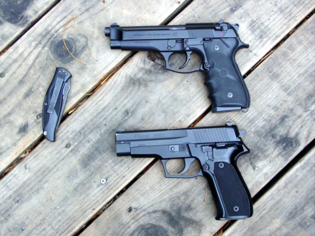 Comparison of Beretta 92 and SIG P226 with Kershaw knife